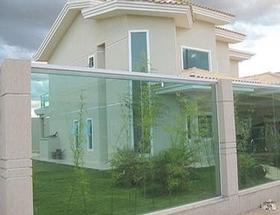 Fechamento de áreas externas com vidro